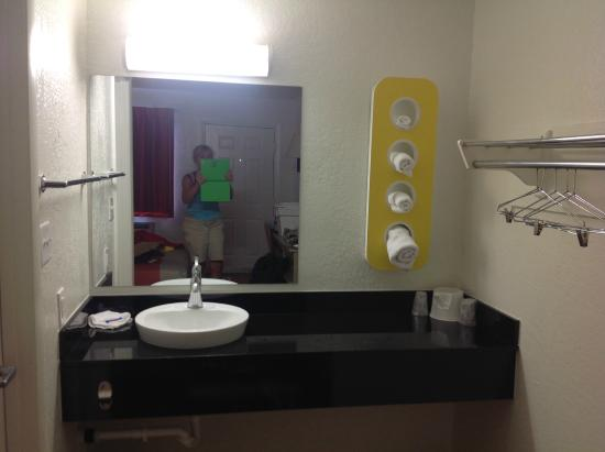 Motel 6 Phoenix Airport - 24th Street: The sink just outside the bathroom
