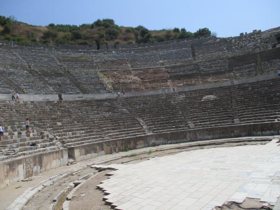 Efesos: 劇場のステージで拍手をすると音響効果が実感できる