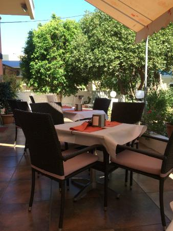 Americana Hotel: Breakfast on the patio