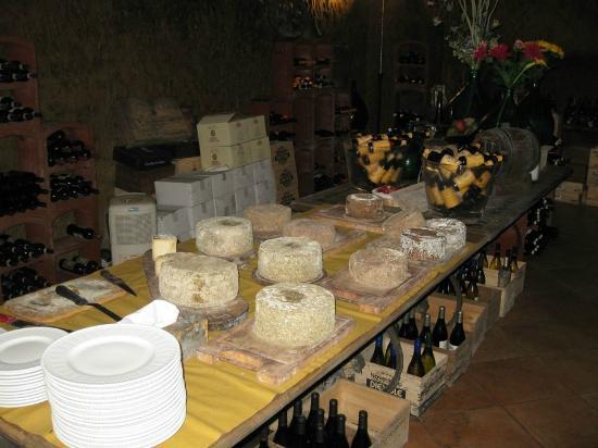 La Taverna di San Giuseppe: Το κελάρι με τα τυριά και τα κρασιά