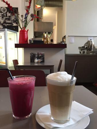 Bagel Bakery & Burgers: Vegetable juice and latte machiato