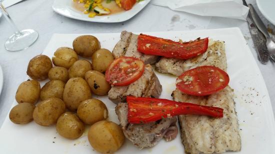 Bar Caloura: Atun y pescada a la brasa