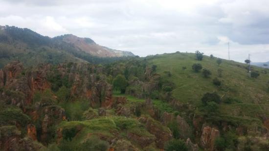 Parque de la Naturaleza de Cabarceno: Vista de las rocas con resto de Hierro (el parque fue una mina)