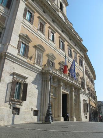 Protests outside montecitorio palazzo di for Sede camera deputati