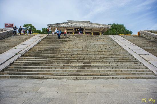 Lingbao, Chine : Many steps to reach the hall