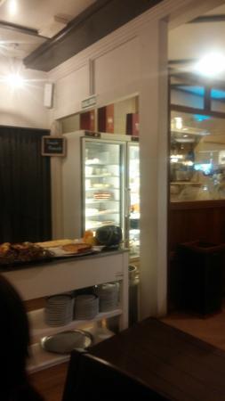 La Cania Restaurante: Buenos postres. Nevera con diferentes variedades