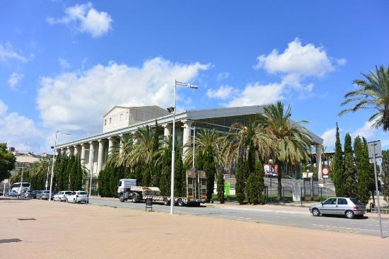 Teatre Nacional de Catalunya - TNC : 広い敷地に建つ