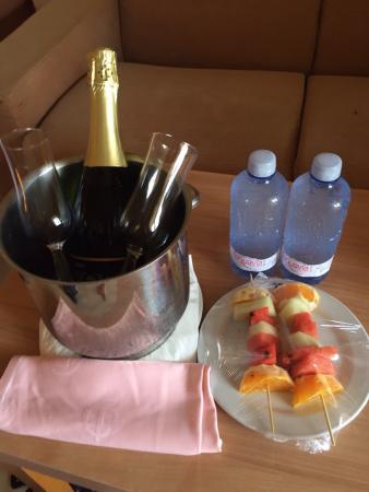 Gloria Palace San Agustín Thalasso & Hotel: The very kind maids left this for us for my boyfriends 21st birthday!