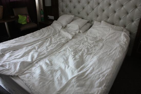 Bastya Wellness Hotel: So sehen die Betten aus NACHDEM das Zimmermädchen aufgeräumt hat !