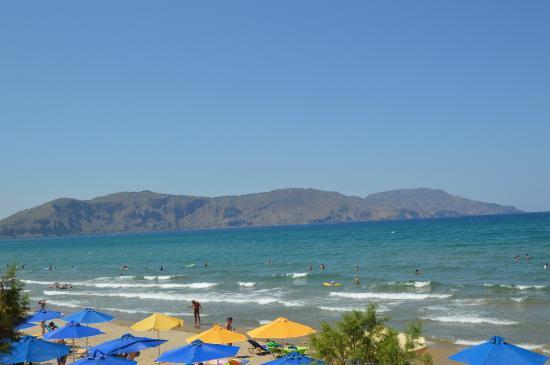 Kavros Beach: widok z basenu na plażę