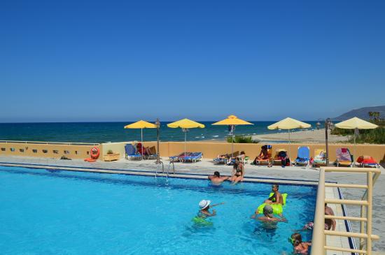 Kavros Beach: basen w tle piaszczysta plaża