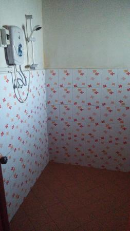 Clean sizable rooms but leaking sink and dodgy power sockets