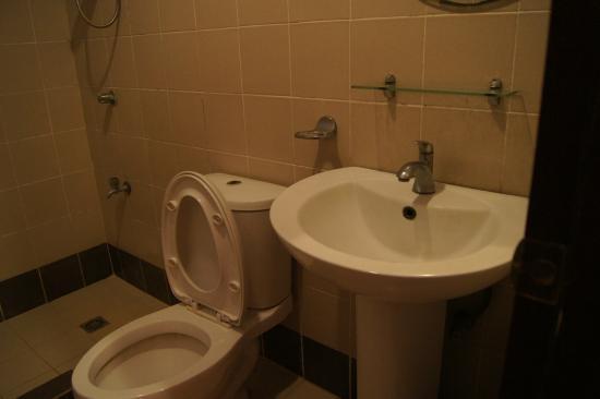 Kuting Reef : toilet and handbasin