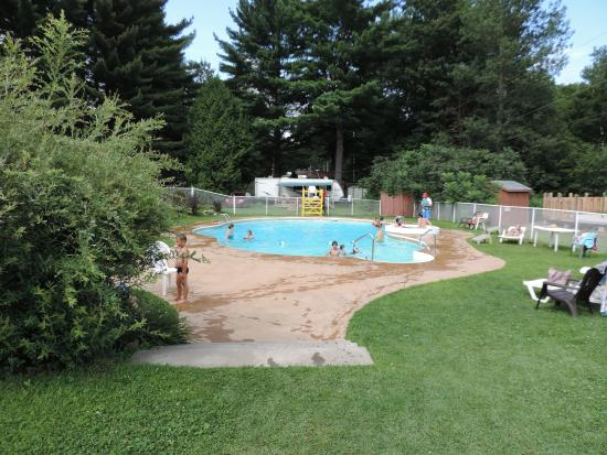 Piscine surveill picture of camping chutes hunter for Camping gerardmer piscine