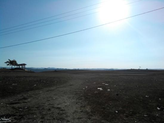 Waikabubak, Indonesien: view lapangan pasola dari arah jalan