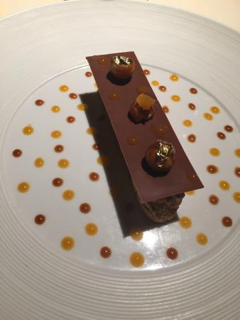 Le-Petit-Pressigny, Frankrike: Delicious chocolate and praline dessert. Complete with gold leaf.