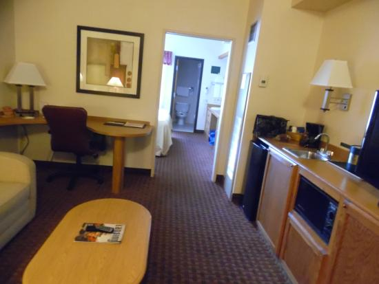 Quality Suites Hotel: Pocket door closes between bedroom & sitting area