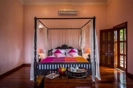 Encore Angkor Hotel : King sized bed in Soma Residence