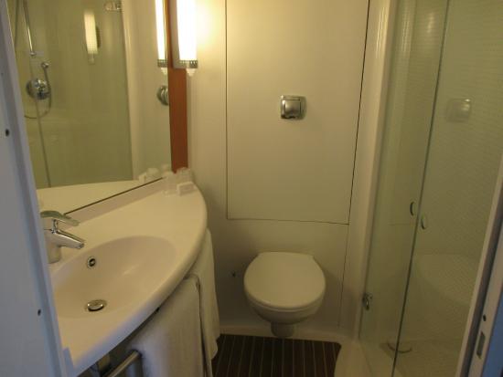 Ibis Aberdeen Centre: showerroom