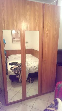Hotel Genzianella: Letto piccolo,armadio vecchio stile,ventilatore impolverato e bagno con scarico doccia al centro