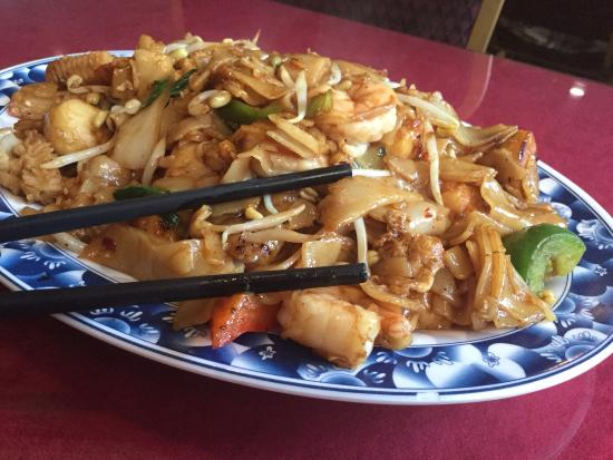 Vientiane Restaurant: Thick noodles with seafood, egg and vegetables