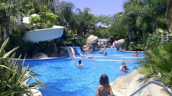 Piscina con toboganes fotograf a de la siesta salou for Camping con piscina climatizada en tarragona