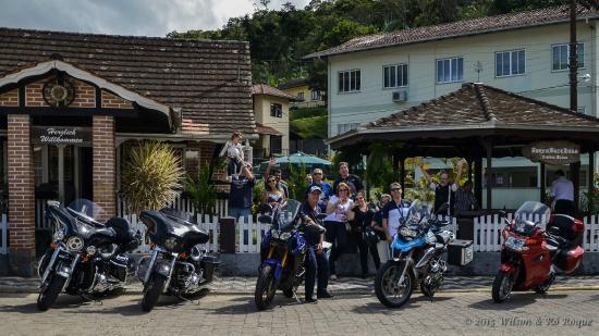 Abendbrothaus: Algumas de nossas motocicletas na frente do restaurante.