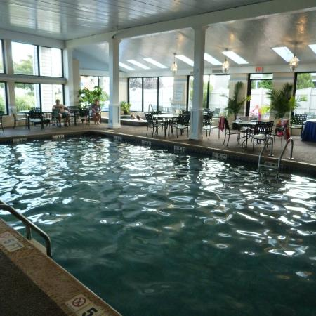Hyannis Travel Inn: Indoor heated pool and breakfast area