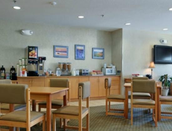Microtel Inn & Suites by Wyndham Plattsburgh: entrée et place au déjeuner