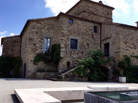Torre di Moravola: Die Westseite mit Blick auf ein Überlauf-Zierbecken