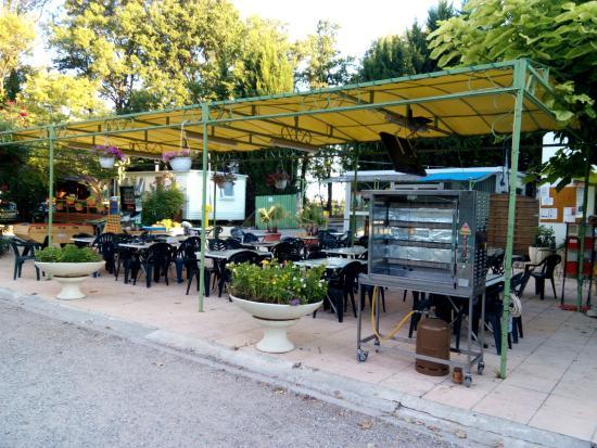 Camping Domaine de la Coronne: Le coin détente, jeux, restauration et pot d'accueil