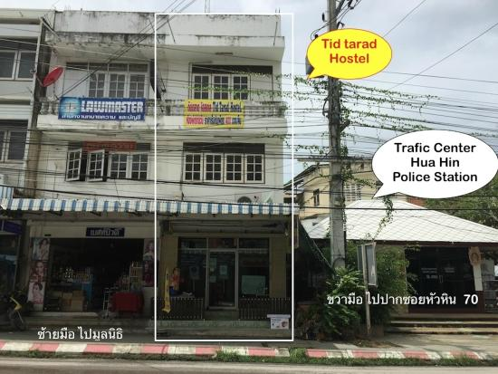 Tid Tarad Hostel Hua Hin : Out Door next to the police station