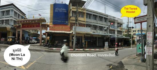 Tid Tarad Hostel Hua Hin: Out side closed to Moo La Ni Thi