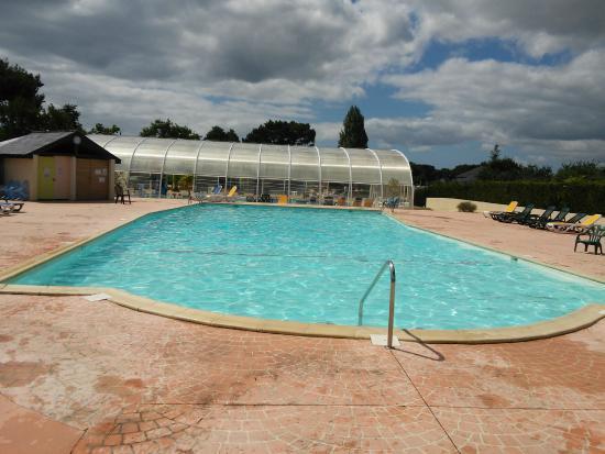Un grand espace aquatique avec piscine couverte et for Camping la foret fouesnant avec piscine
