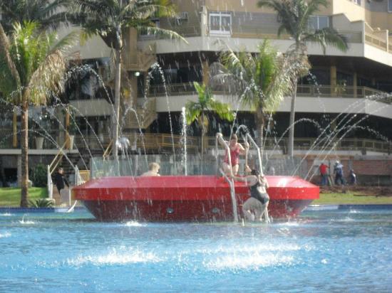 Recanto Cataratas Thermas Resort & Convention: el hidromasaje dentro de la piscina del hotel