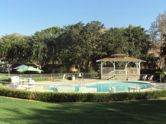 Lazy J Ranch-Americas Best Value Inn: Pool and Gazebo