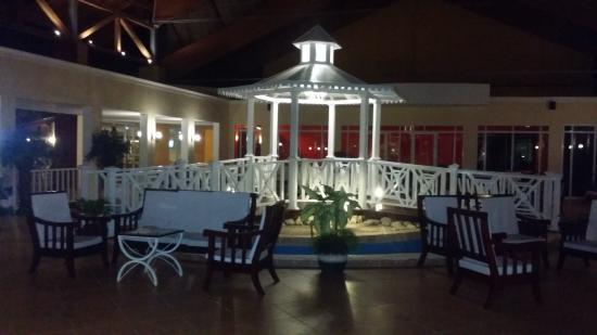 Memories Caribe Beach Resort: Hotel Entrance