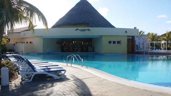 Memories Caribe Beach Resort: Pool Bar