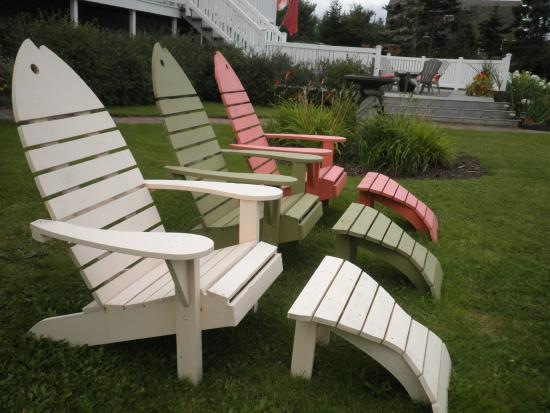 Coastal Waters Accommodations B&B : Lawn Chairs