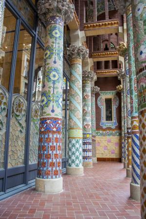 Palau de la Musica Orfeo Catala: Columnas del balcón de la fachada principal