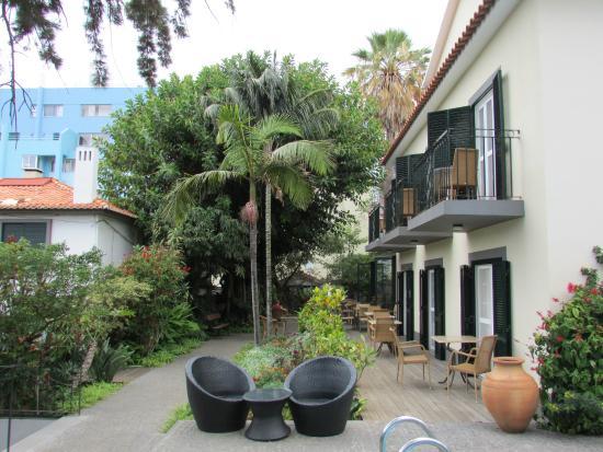 Vila Vicencia: Mooie tuin met prachtige bloemen en bomen.
