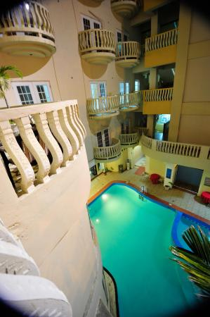 Art Deco Beach: Part of the pool and the balconies that overlooks the ocean