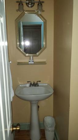 Brookside Cabins: Bathroom sink.