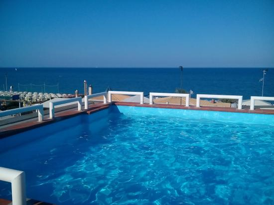 Hotel Alexander: La piscina con vista panoramica