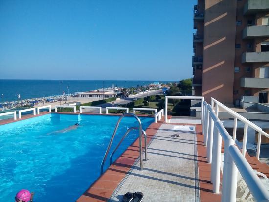 La piscina con vista panoramica foto van hotel alexander for Hotel meuble la spiaggiola numana