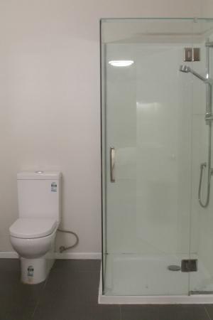 Villa Apartments & Lodge : Strong Shower