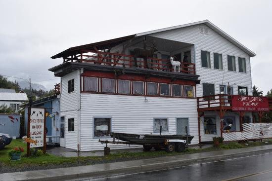 Sheltered Harbor: Vorderfront mit Hotelterrasse