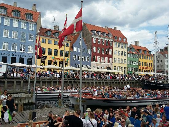 Nyhavn: Beautiful. I highly recommend the canal tour.