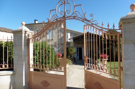 Saint-Michel-de-Fronsac, Francia: Front entrance