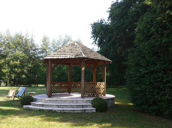 Saint-Branchs, ฝรั่งเศส: le kiosque dans le parc